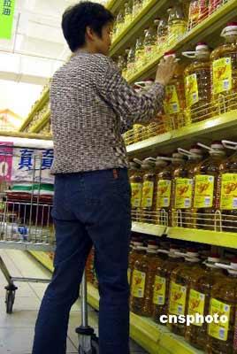 """春季原本是粮油销售的淡季。但上周末,北京地区的花生油批发市场却开始""""反季节性""""涨价,5升每桶的大品牌花生油平均上涨10元左右。 中新社发 井韦 摄"""