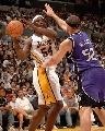 图文:[NBA]湖人126-103胜国王 布朗内线传球