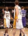 图文:[NBA]湖人126-103胜国王 科比与队友庆祝