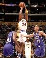 图文:[NBA]湖人126-103胜国王 科比内线跳投