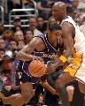 图文:[NBA]湖人胜国王 阿泰斯特强突内线
