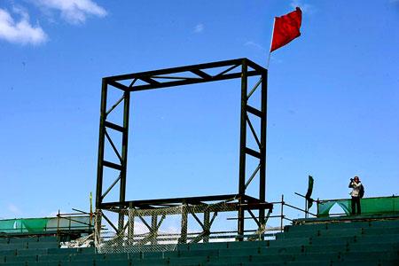 图文:奥运沙滩排球球场 赛时使用的大屏幕支架