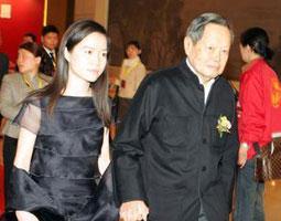 杨振宁与小媳妇亲密牵手亮相