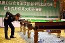 图文:斯诺克大师表演赛 丁俊晖进攻底袋