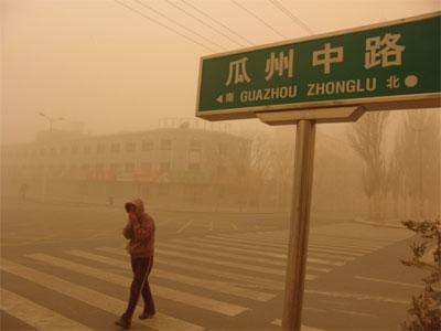 甘肃局部遭受沙尘暴袭击