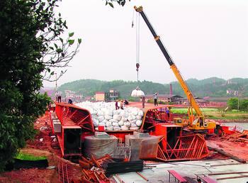 洪塘村特大桥900吨移动模架造桥机拼装成功