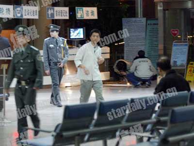 几名保安在医院门诊大厅维持秩序