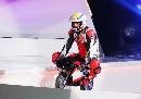 图文:劳伦斯颁奖晚会 罗西驾小摩托车登台