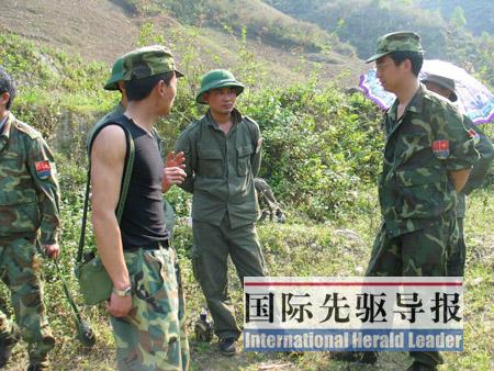 越南方面的勘界队员与中方技术人员商讨争议地区的勘测方式,右立者为中方技术组组长叶丹彤。周雷 李怀岩/摄