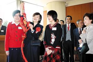 手持中国结者为首相夫人,右侧女孩是陈利扬