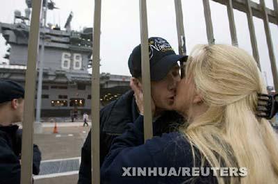 """一名""""尼米兹""""号航空母舰上的水兵与母亲告别。"""