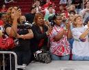 图文:火箭球员球迷联欢 球迷母亲纷纷拍照