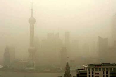 受到北方沙尘暴影响,昨日申城笼罩在一片灰黄色的浮尘中。张春海 摄