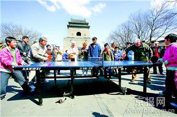 外国游客们也被比赛吸引过来