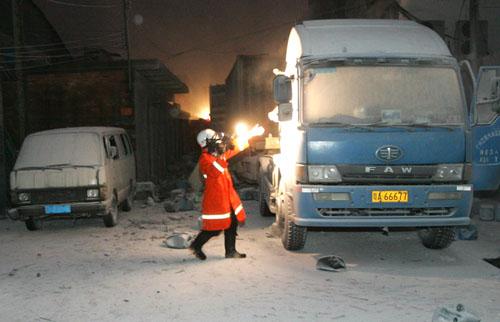 爆炸现场消防员在查看一辆卡车。