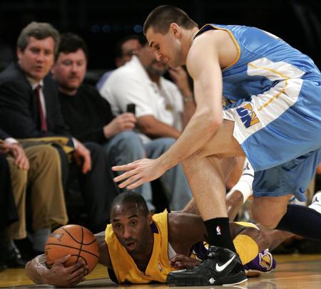 图文:[NBA]掘金战胜湖人 科比倒地抢球