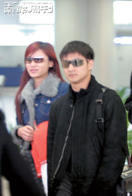 去年3月11日,田亮和叶一茜在首都机场牵手,恋情曝光