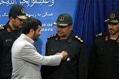 内贾德向扣留英国士兵的伊朗军人颁发奖章