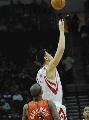 图文:[NBA]火箭vs勇士 姚明开场跳球
