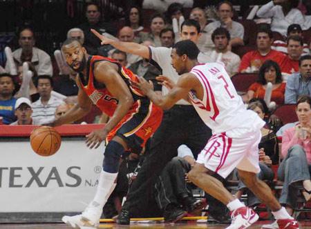 图文:[NBA]火箭vs勇士 戴维斯单打海德