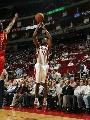 图文:[NBA]火箭vs勇士 阿尔斯通三分出手