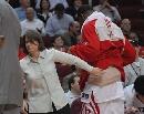 图文:[NBA]火箭vs勇士 麦迪腰敷冰袋离场