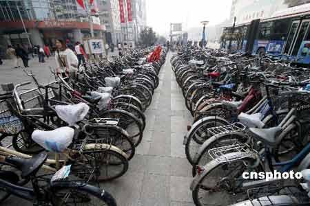 图为北京市王府井大街一侧的自行车、电动车停放点。 中新社发 谢正义 摄