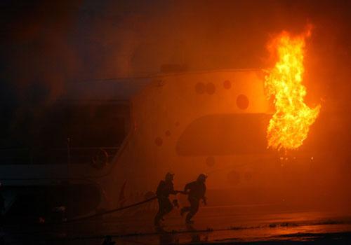 前方船舱突然窜起大火,消防员赶往扑救