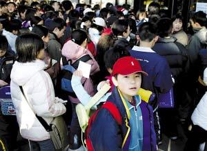 2005年3月12日,全国英语等级考试在北京进行。由于考试人多,学生在等待进入考场。在北京交通大学一级考点的80个考场,全部是中小学生,其中以小学生居多。CFP供图