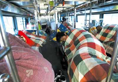 被堵的旅客无奈睡在客车上