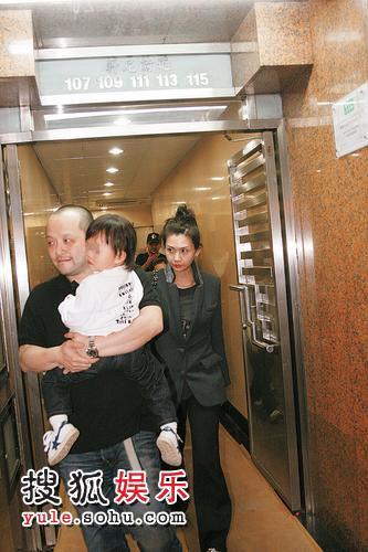 沈嘉伟和邱淑贞夫妇抱着女儿