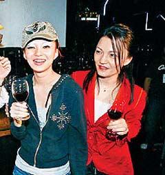 张妈妈(右)日前参加女儿张韶涵演唱会庆功。