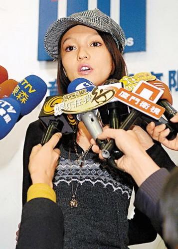 张韶涵含泪说支持妈妈的决定。