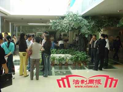 泰禹家园百多名业主在售楼部等待开发商的出现