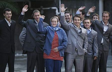 中新网4月4日电 伊朗总统内贾德4日宣布释放扣押的15名英国水兵。对此,英方和美方均表示欢迎。