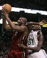 图文:[NBA]热火胜凯尔特人 大鲨鱼摘板