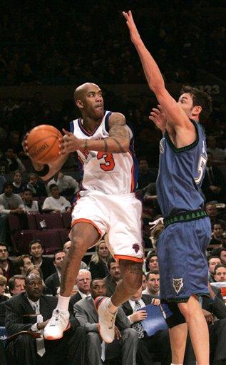图文:[NBA]森林狼胜尼克斯  马布里飞身传球