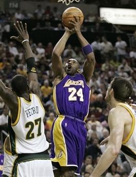 图文:[NBA]湖人胜超音速 科比跳投