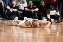 图文:[NBA]热火胜凯尔特人 格林摔跤