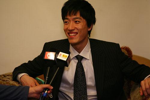 图文:CCTV体坛风云人物颁奖 刘翔面露微笑