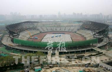 奥体中心体育场原有建筑被最大限度地保留了下来 摄影/本报记者 崔浩