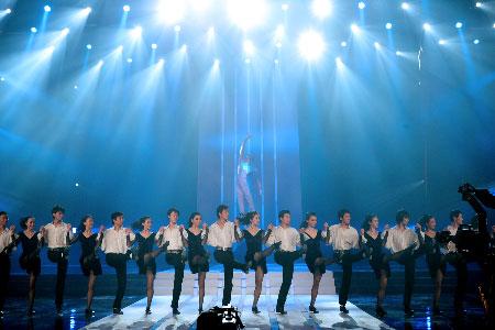 图文:CCTV体坛风云人物颁奖礼 现场踢踏舞表演