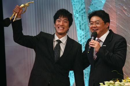 刘翔高举奖杯(程宫 摄)