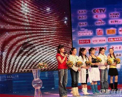 中国女子体操队获最佳团队奖(阿民 摄)