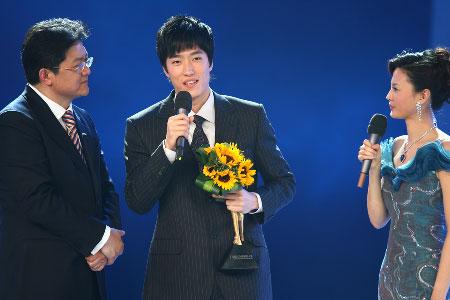 图文:刘翔获年度最佳男运动员奖 刘翔台上领奖
