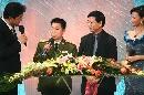 图文:刘翔获年度最佳男运动员奖 杨利伟开奖