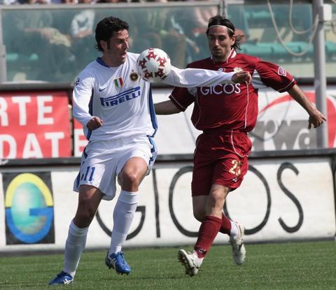 图文:雷吉纳0-0国米 格罗索护球