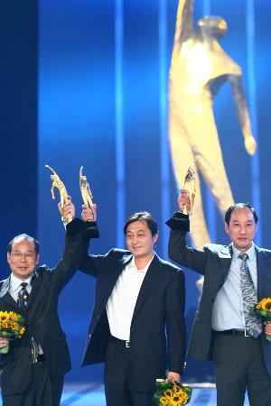 三位年度最佳教练员上台领奖(左一为陆善真)(程宫 摄)