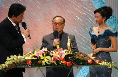 倪震在台上领奖 (新华社记者王丽莉摄)