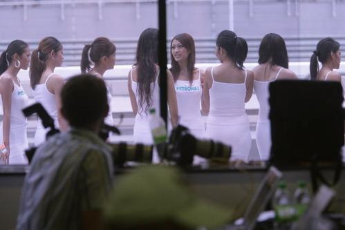 图文:[F1]马来西亚站美女 窗外的迷人风情